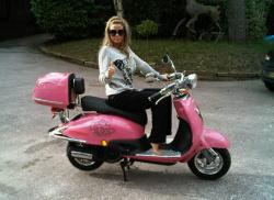 Jordan na różowym skuterze